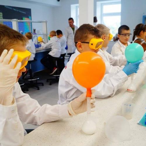 Dzieci wykonują eksperyment - produkcja gazu